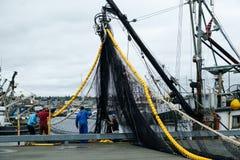 渔船装货网乘员组  免版税库存图片