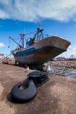 渔船靠码头在船坞等待与钩头篙的充分的修理在前景 图库摄影