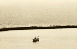 渔船,回到港口,乌贼属颜色 免版税库存照片