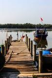 渔船,在小船的木桥 免版税库存图片