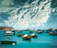 渔船临近Marsaxlokk村庄  库存照片