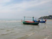 渔船HuaHin海滩 免版税库存照片