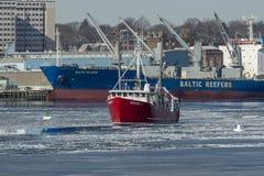 渔船Moragh K在冰冷的港口 免版税库存图片