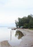 渔船Refect在海的在雨以后 免版税库存图片