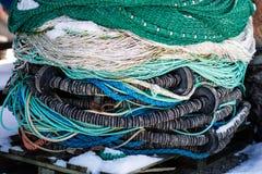 渔辅助部件、网和绳索在一条小船钓鱼的 时数横向季节冬天 库存照片