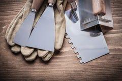 渔运转手套油灰刀的前两块油漆刮板 免版税库存照片