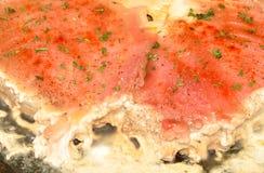 渗流油脂的金枪鱼肉厚实的裁减,当油煎在平底锅时 免版税库存照片