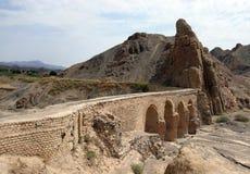 渡槽在村庄yazd附近的伊朗kharanaq 免版税库存图片