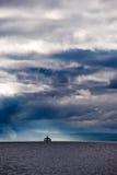 渡船和风雨如磐的天空 免版税库存图片