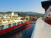渡轮停泊了在萨索斯岛海滩,希腊 免版税库存照片