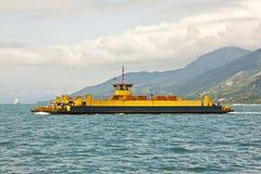渡轮横穿海岛 免版税图库摄影