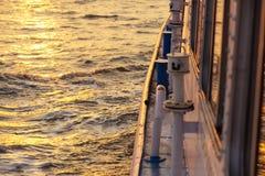 从渡轮的美好的日落在公海 免版税库存照片
