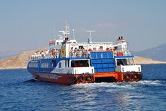 渡轮,哈尔基岛 库存图片