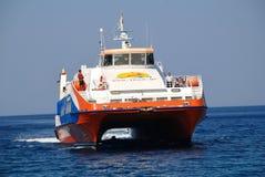渡轮,蒂洛斯岛海岛 库存图片