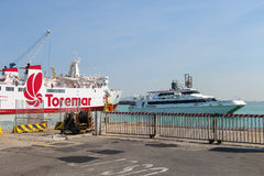 渡轮Marmorica和阿卡普尔科在皮奥恩比诺海口, Ital喷射 免版税库存照片