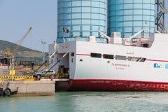渡轮Marmorica在皮奥恩比诺,意大利卸载一辆车 免版税图库摄影