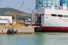 渡轮Marmorica在皮奥恩比诺,意大利卸载一辆车 免版税库存照片