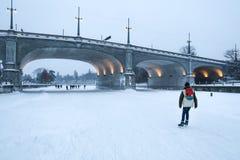 渥太华冰鞋溜冰场的溜冰者在冬天 库存照片