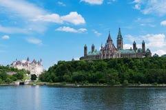 从渥太华河被观看的加拿大议会小山 免版税库存图片