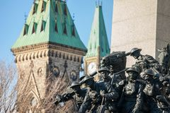 渥太华,安大略,加拿大全国战争纪念建筑,面对加拿大议会,与战士它的雕象从WWI的 图库摄影