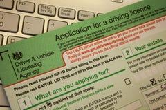 渥尔安普屯, Unied王国, 2018年6月16日在申请上的特写镜头对在桌上的一个驾照 堆法律文件o 免版税库存图片