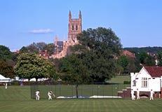 渥斯特大教堂和玩板球者 库存图片