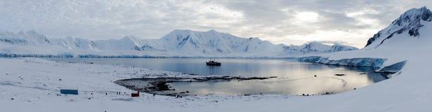 温克岛/多利安人的海湾风景与多雪的山在南极洲 库存图片