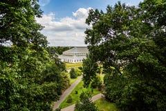 温和议院玻璃温室的看法在整修在基奥庭院,基奥,伦敦,英国下的 免版税库存照片