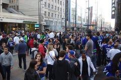 温哥华加人队冰球迷在街市温哥华 免版税库存照片