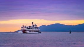 温哥华加拿大, 2017年5月 温哥华巡航游览船有美好的日落云彩天空背景 免版税库存照片