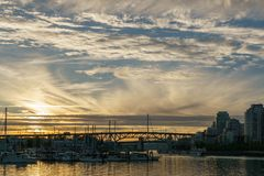 温哥华加拿大2017年5月22日:在格兰维尔海岛附近的海湾日落光的 免版税库存照片