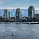 温哥华加拿大- 2018年2月18日:现代建筑学和公寓在False Creek附近的温哥华加拿大 库存图片
