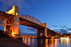 温哥华历史的Burrard桥梁在晚上 库存照片