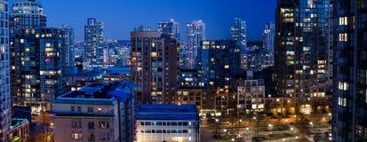 温哥华市中心在晚上 免版税库存照片