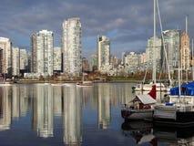 温哥华市在False Creek中水域反射  免版税库存照片