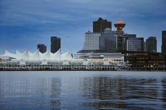 温哥华晚上视图街市从史丹利公园 免版税库存图片