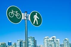 温哥华步行者和循环的车道标志 免版税库存照片