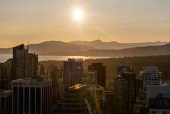从温哥华监视港口中心塔的看法在日落前 免版税图库摄影