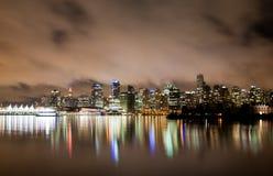 温哥华街市地平线在晚上, BC加拿大 库存照片