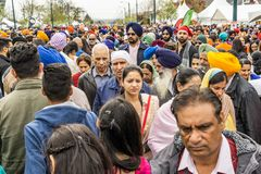 温哥华,加拿大- 2018年4月14日:在街道上的人们在每年印度人Vaisakhi游行期间 库存图片