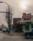 温哥华,加拿大- 2018年1月14日:在Cambie街道上的BierCraft小餐馆和第17条大道BC温哥华有雾的天 图库摄影
