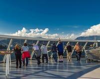 温哥华,加拿大- 2018年9月12日:室外甲板的游轮乘客 免版税库存图片