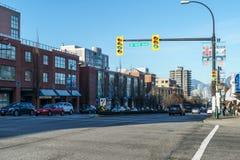 温哥华,加拿大- 2018年1月14日:温哥华第16大道和Cambie街城市有人和汽车的 库存照片