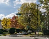 温哥华,加拿大- 2017年10月1日:第12条大道和灰街道的交叉点在一晴朗的秋天天上色了树 库存图片