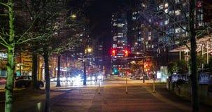 温哥华,BC,加拿大- 2019年1月3日:交通时间间隔在移动在和平的大道下的晚上在Yaletown,温哥华附近 影视素材