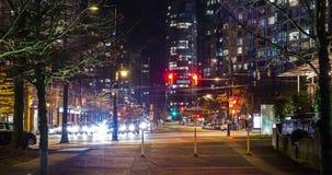 温哥华,BC,加拿大- 2019年1月3日:交通移动的时间间隔在移动在和平的大道下的晚上在Yaletown附近 股票录像