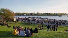 温哥华,BC,加拿大- 2019年4月20日:人群和供营商概要420节日的在英吉利湾,温哥华 影视素材