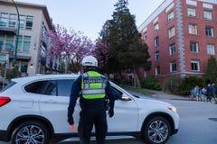 温哥华,BC,加拿大- 2019年4月20日:提供援助的温哥华交通当局官员给驾驶人 免版税库存图片