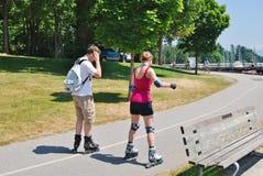 在史丹利公园防波堤的Rollerblading在温哥华,加拿大 免版税图库摄影