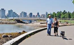 走在史丹利公园防波堤的人们在温哥华,加拿大 免版税库存照片